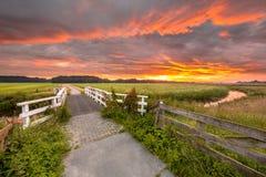 Pont au lever de soleil au-dessus de la rivière Grootdiep de plaine Photo stock