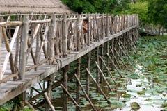 Pont avec des enfants ondulant en Thaïlande Images stock