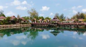 Pont avec des fleurs à travers la baie dans un jardin tropical Image libre de droits