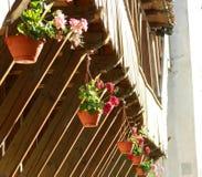 Pont avec des fleurs menant à la vieille tour de forteresse de nn dans le hist Photo stock