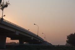 Pont avec le coucher du soleil renversant Photo stock