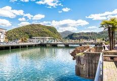 Pont avec le point de contrôle de frontière entre l'Italie et la Suisse Images stock