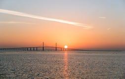 Pont avec le soleil derrière image stock