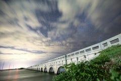 Pont avec milkyway Images stock