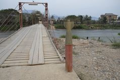 Pont avec une enveloppe vide de bombe érigée près de l'extrémité Le Laos, près de Phonsavan image libre de droits