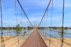 Pont bicentenaire de Bangkok au-dessus de rivière de cinglement à la province de Tak, Thaïlande images libres de droits