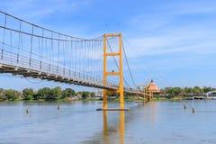 Pont bicentenaire de Bangkok au-dessus de rivière de cinglement à la province de Tak, Thaïlande photo stock