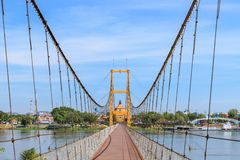 Pont bicentenaire de Bangkok au-dessus de rivière de cinglement à la province de Tak, Thaïlande photo libre de droits