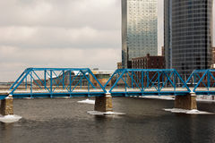 Pont bleu à Grand Rapids Photographie stock libre de droits