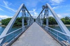 Pont bleu à travers Asahi River de château d'Okayama, Japon Photo stock