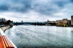 Pont bleu en verre au-dessus de la rivière Photo stock