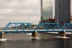 Pont bleu à Grand Rapids Photographie stock libre de droits