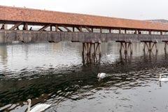 Pont brumeux de chapelle de matin au-dessus de rivière de Reuss, luzerne Photo stock