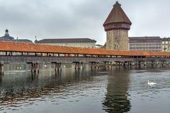 Pont brumeux de chapelle de matin au-dessus de rivière de Reuss, luzerne, Suisse Photo libre de droits