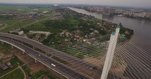 pont Câble-resté à St Petersburg, Russie au-dessus de Neva River clips vidéos