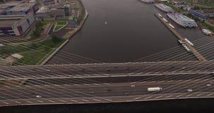 pont Câble-resté à St Petersburg, Russie au-dessus de Neva River banque de vidéos
