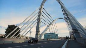 pont Câble-resté à travers la rivière, où aller de quelques voitures banque de vidéos