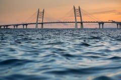 pont Câble-resté au coucher du soleil photos libres de droits