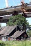pont Câble-resté en construction au-dessus de maison résidentielle Image stock