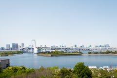 Pont célèbre en arc-en-ciel cette croix de Tokyo vers l'île d'Odaiba Images stock