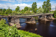 Pont cassé dans la ville d'Olonets Image stock