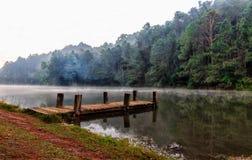 Pont chez Pang Ung Beau lac de forêt pendant le matin Mae H Photographie stock