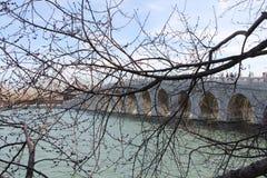 Pont chinois dans l'endroit d'été de Pékin Images libres de droits