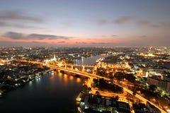 Pont commémoratif, pont de Phra Phuttha Yodfa, Phra Pok Klao Bridge au coucher du soleil image stock