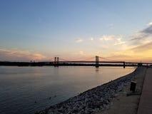 Pont commémoratif en Iowa au coucher du soleil image stock