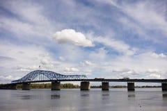 Pont commémoratif pionnier le fleuve Columbia Kennewick Washingt de nuages Photos stock