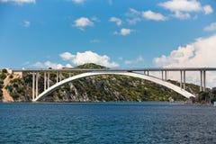 Pont concret au-dessus de baie de mer Images stock