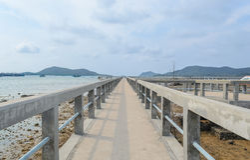 Pont concret au-dessus de la mer photos libres de droits