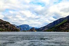 Pont concret au-dessus de la mer entre les deux fjords Image libre de droits