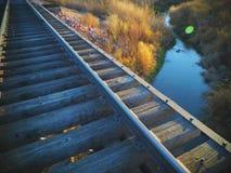 Pont courant de voie de train de photo Image stock