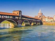 Pont couvert au-dessus de rivière Tessin, Pavie, Italie photographie stock