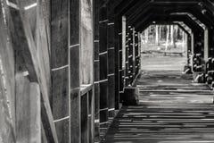 Pont couvert avec le Sun brillant dans les modèles sur le bois Photo libre de droits