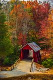 Pont couvert de Campbells avec Autumn Fall Colors Landrum Greenville la Caroline du Sud photographie stock libre de droits