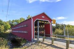 Pont couvert de Ducharme au-dessus de la Bostonnais-rivière Photo libre de droits