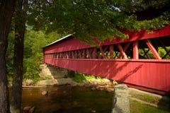 Pont couvert de rivière rapide dans les montagnes blanches photographie stock libre de droits