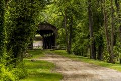 Pont couvert et chemin de terre de moulin du ` s de Kidd en Pennsylvanie photo libre de droits