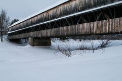 Pont couvert pendant l'hiver Photos stock