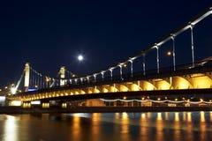 Pont criméen la nuit moscou image stock