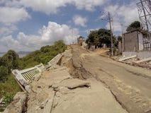 Pont criqué après le tremblement de terre en Equateur Image stock