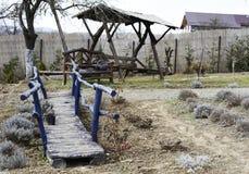 Pont décoratif pourpre en bois dans le jardin photos libres de droits