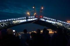 Pont d'élevage de nuit à St Petersburg on Image stock
