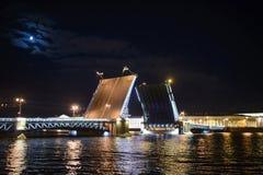 Pont d'élevage sous la lune à St Petersburg Photo stock