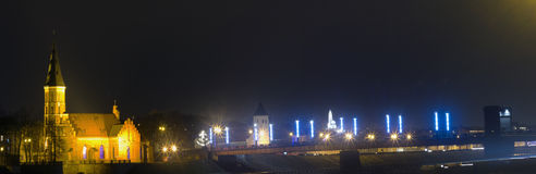 Pont d'Aleksotas la nuit, Kaunas, Lithuanie Images stock