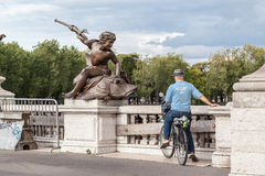 Pont d'Alexandre III de sculpture Photographie stock