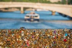 Pont d'amour complètement des casiers à Paris Photo stock
