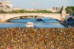 Pont d'amour complètement des casiers à Paris Images stock
